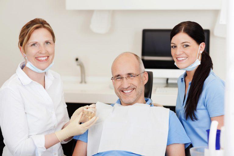 diferenças entre as próteses dentárias e os implantes