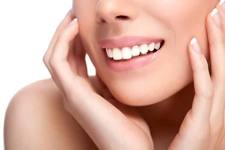 52492daf5bde8 A faceta dental e lente de contato são laminados ultrafinos de porcelana  que têm o poder de transformar o sorriso com a correção de imperfeições  como ...